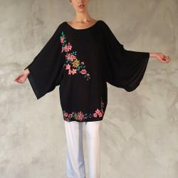 Abito con taglio a tunica ed ampie maniche a kimono